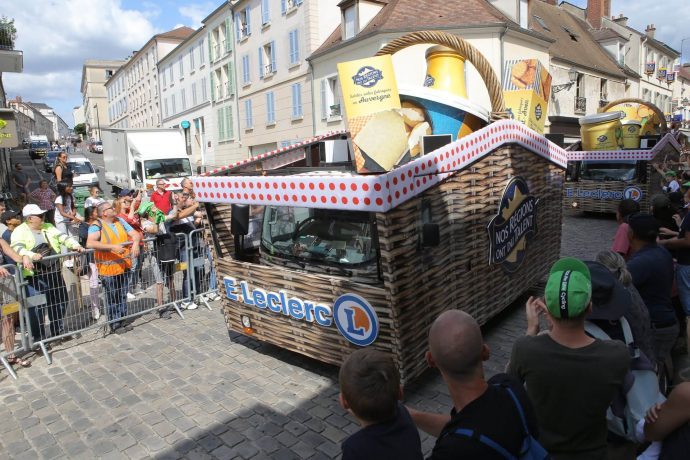 La caravane du Tour de France est passée distribuant plein de goodies tout au long de son parcours.
