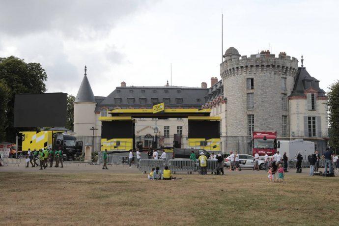 N'oubliez pas ! Dès 15h05, le village situé tout autour du podium signatures devant le Château de Rambouillet ouvrira ses portes ! © Daniel Osso