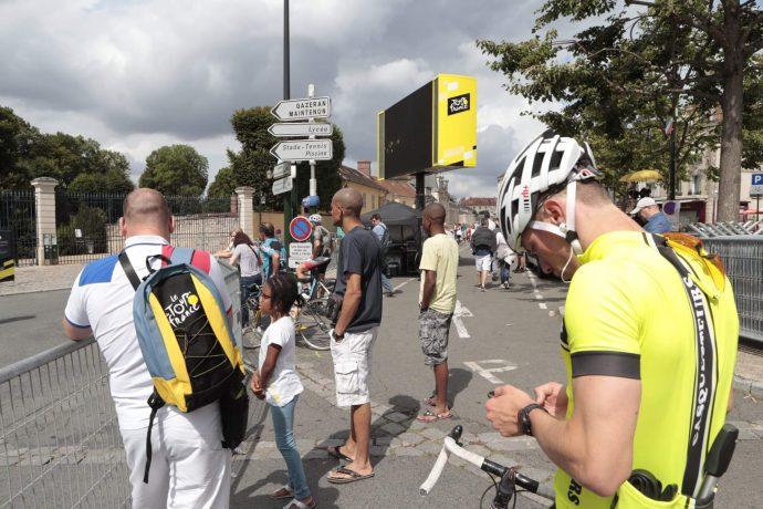 À quelques heures du passage de la Caravane et du départ du Le Tour de France (18h05), les derniers préparatifs laissent place aux spectateurs ! ©Daniel Osso