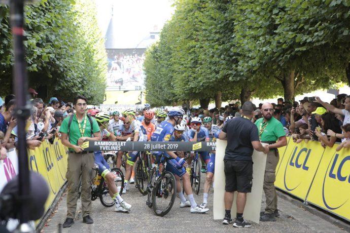 Les coureurs sont partis en direction des Champs-Élysées, à Paris à 18h05.