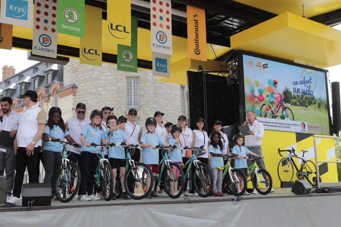 """emise officielle de vélos aux associations partenaires dans le cadre de l'opération """"un enfant un vélo"""" permettant à un enfant défavorisé de se voir offrir un vélo flambant neuf"""