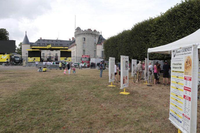 """Une exposition sur le thème de """"l'Histoire de l'origine du maillot jaune"""" est présente sur l'esplanade en herbe du Château.©Daniel Osso"""
